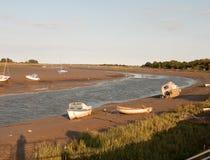 Een bos van geparkeerde vastgelegde boten op het strand van stroomrivier mald Royalty-vrije Stock Fotografie
