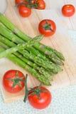 Groene asperge en kersentomaten Stock Foto