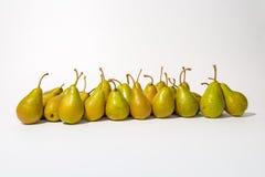 Een bos van groene peren op een rij Stock Fotografie