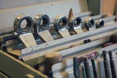 Een bos van hulpmiddelen in een workshop worden gebruikt die Stock Foto's