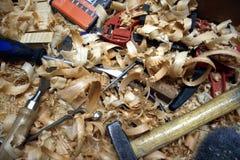 Een bos van hulpmiddelen op een slordige werkbank stock fotografie