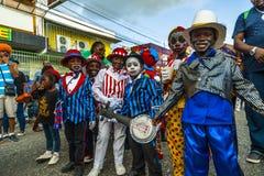 Een bos van jonge jongens kleedde zich als minstrelen in Carnaval-tijd stock foto's