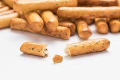 Een bos van knapperige breadsticks met papaverzaden met een gebroken stok in de voorgrond royalty-vrije stock foto's