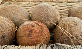 Een bos van kokosnoten in een mand Stock Foto's
