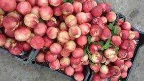 Een bos van mooie perziken van de supermarkt royalty-vrije stock afbeeldingen