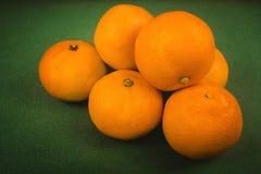 een bos van rijpe mandarijnen op een groene achtergrond, Kerstmisachtergrond, nieuw jaar royalty-vrije stock afbeelding