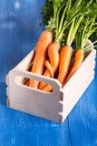 Een bos van verse wortelen stock foto