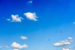 Een bos van zeepbels die omhoog in de donkerblauwe hemel vliegen Royalty-vrije Stock Afbeeldingen