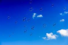 Een bos van zeepbels die omhoog in de donkerblauwe hemel vliegen Royalty-vrije Stock Foto