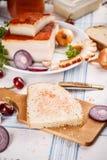 Een boterham met reuzel wordt uitgespreid die Stock Fotografie