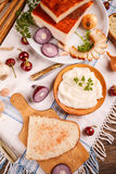 Een boterham met reuzel wordt uitgespreid die Royalty-vrije Stock Foto's