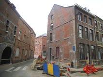 Een bouwkant in een lege backstreet in Namen royalty-vrije stock fotografie