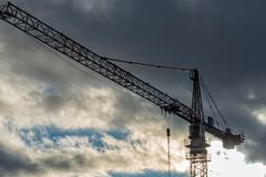 Een bouwkraan met vele wolken op de achtergrond Royalty-vrije Stock Fotografie