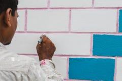 Een Bouwvakker Painting een Huis royalty-vrije stock afbeeldingen