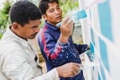 Een Bouwvakker Painting een Huis stock afbeelding