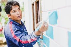 Een Bouwvakker Painting een Huis stock foto's