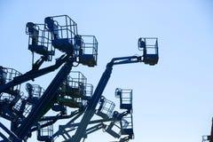 Een bouwwerf die met liften wordt gevuld Stock Afbeeldingen