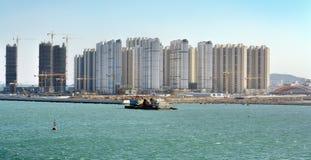 Een bouwwerf van nieuwe huisvestingsflats in Qingdao, China royalty-vrije stock fotografie