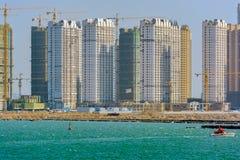 Een bouwwerf van nieuwe huisvestingsflats in Qingdao, China royalty-vrije stock foto