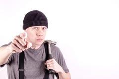 Een boze timmerman met een hamer, die zijn vinger richten stock afbeelding