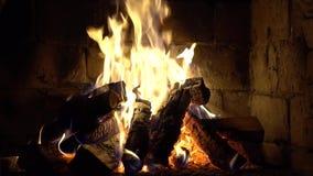 Een brand brandt in een baksteenopen haard, houdt warm stock footage