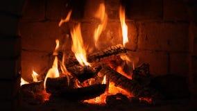 Een brand brandt in een open haard stock videobeelden