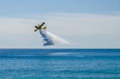 Een brandbestrijder canadair tijdens de vlucht tijdens een overzeese oefening stock foto's