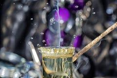 Een brandende gelijke wordt gedoofd door een daling van water stock fotografie