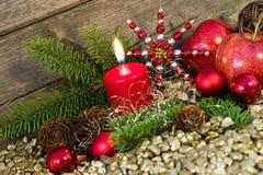 Een brandende kaars met Kerstmisdecoratie stock fotografie