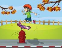 Een brandkraan en een jongen het spelen vleet schepen in Stock Fotografie