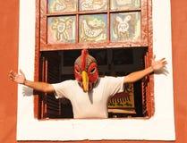 Een Braziliaanse mens in het venster met een grappige headgea Stock Foto's