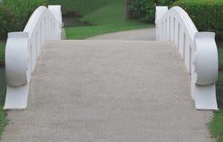 Een brede brug met wit traliewerk Royalty-vrije Stock Afbeeldingen