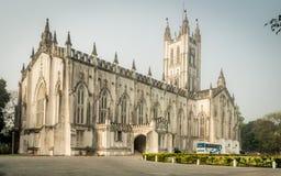Een brede hoekmening van de Kathedraal van Saint Paul ` s op een zonnige Zondag Ochtend stock foto