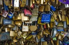Een breed assortiment van sloten verlaten door minnaars op een brug van Parijs Stock Fotografie