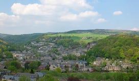 Een breed luchtpanorama van de stad van hebden brug met het omringen van het platteland en het bos van West-Yorkshire in de zomer Royalty-vrije Stock Fotografie