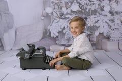 Een brief aan de Kerstman Een brief aan de Kerstman Een gelukkig kind schrijft een giftlijst stock afbeeldingen