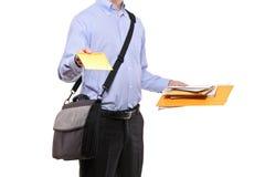 Een brievenbesteller die post levert Stock Fotografie