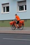 Een brievenbesteller in Keulen Stock Foto