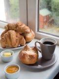 Een brioche, Frans broodje, croissants, met boter, jam en een kop o Stock Fotografie