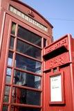 Een Britse rode telefooncel en rode postdoos Stock Foto