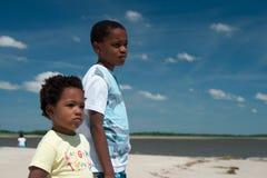 Een broer en een zuster bij het strand. Stock Foto's