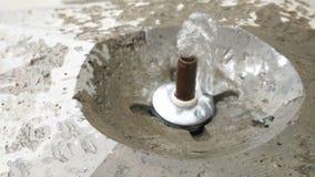 Een bron van schoon water Drinkende fontein of wasfles met mineraal zuiver water stock video