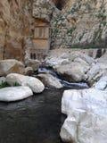 Een bron van water en witte rotsen Stock Afbeelding