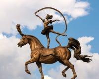 Een bronsstandbeeld De acrobaat op een paard circus Stock Foto