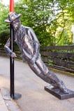 Een bronsstandbeeld die een dronken mens afschilderen stock afbeeldingen