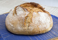 Een brood van eigengemaakt brood Stock Afbeeldingen