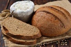 Een brood van het brood van roggezemelen met plakken Stock Foto's