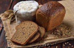 Een brood van roggebrood met plakken Stock Fotografie