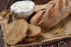 Een brood van roggebrood met plakken Royalty-vrije Stock Afbeeldingen