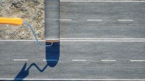 Een broodje van asfalt Borstel van weg arbeider in goederenlift; geschilderd blauw; gesloten deur; verlaten het 3d teruggeven Royalty-vrije Stock Afbeeldingen